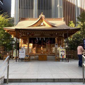 福徳神社(芽吹稲荷)は、三井不動産による一帯の再開発にともない社殿が再建された